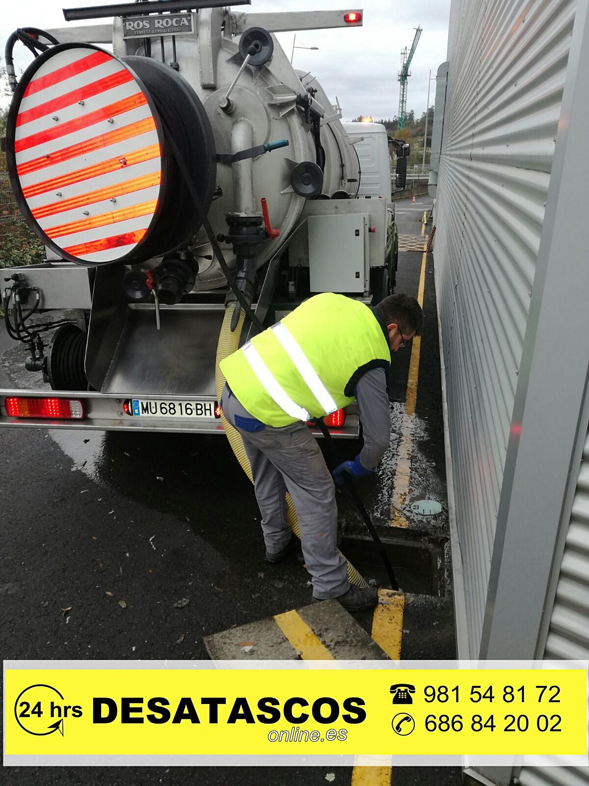 Hombre realizando una limpieza de fosas sépticas